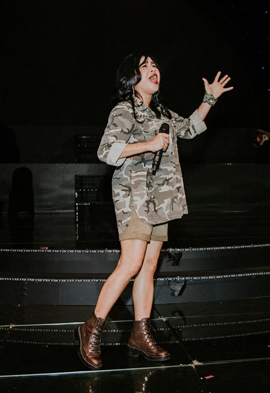 Chiếc áo sơmi hoạ tiết rằn ri phối cùng quần shortcùng màu, bốt damang đến hình ảnh cá tính cho nữ ca sĩ 49 tuổi.