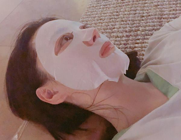 Mỹ nhân 8X chia sẻ, cô có thói quen đắp mặt nạ thường xuyên để tăng cường độ ẩm, chống lão hóa da.