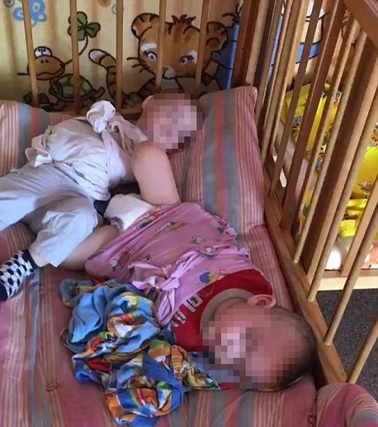 Nhà trẻ ở Nga bị điều tra vì trói chân tay trẻ vào cũi - ảnh 1