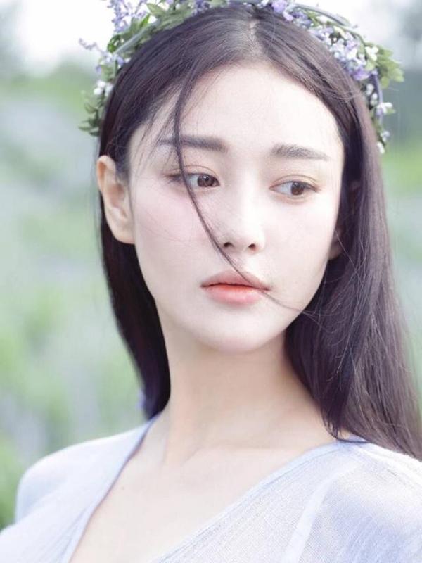 Cô thay đổi tạo hình bằng cách đổi màu son thường xuyên, đây cũng chính là lý do vì sao Trương Hinh Dư có bộ sưu tập son đồ sộ như vậy.