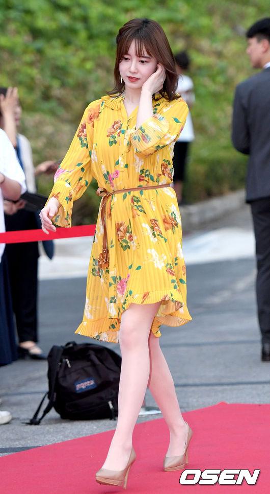 Goo Hye Sun tham gia thảm đỏLiên hoan phim và Âm nhạc quốc tế Jecheon (Jecheon International Music & Film Festival chiều 9/8. Nữ diễn viên Vườn sao băng diện váy rộng, màu sắc tươi trẻ, trông cô đầy sức sống. Trước đó nửa tháng, mỹ nhân Hàn từng bị chê béo khi xuất hiện với thân hình tròn lẳn, mặt sưng. Trước tin đồn mang thai nên béo, cô phủ nhận và cho biết tăng hơn 10 kg vì ănnhiều.