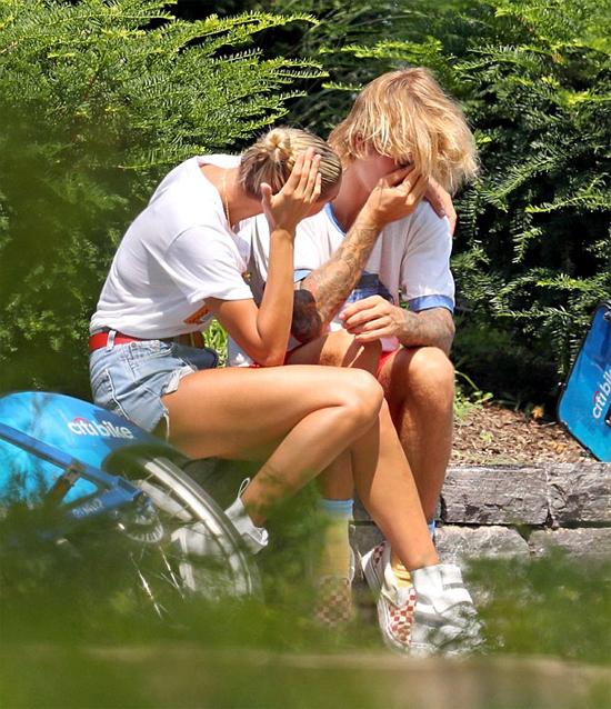 Justin Bieber khóc bên đường hôm 7/8.