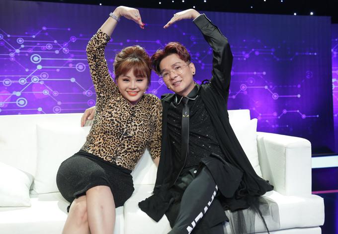 Ca sĩ Vũ Hà tình cảm chụp ảnh cùng Lê Giang trên ghế cố vấn.