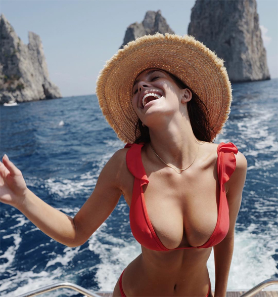 Người đẹp gốc Argentina tự tin khoe vòng một nảy nở và vòng eo con kiến trong bức ảnh đăng trên Instagram. Camila không chia sẻ ảnh chụp cùng DiCaprio vì tài tử luôn thích hẹn hò kín đáo, tuy nhiên rất nhiều hình ảnh tình tứ của cặp đôi được các tay săn ảnh ghi lại.