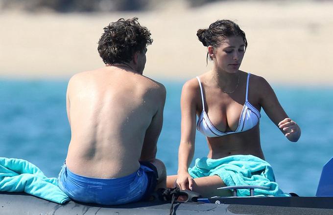 Camila sexy trên bãi biển cạnh Leonardo DiCaprio hôm 6/8.