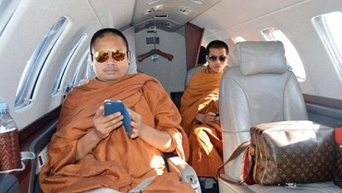 Wirapol Sukphol ngồi trên máy bay riêng, đeo kính râm đắt tiền trong video gây chú ý năm 2013. Ảnh: