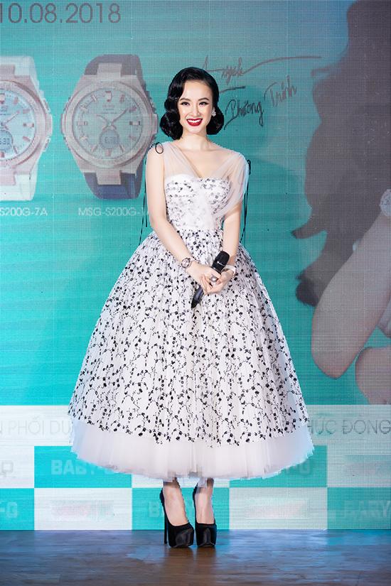 Váy xoè công chúa mang hơi hướng thời trang 1960 được Nữ hoàng thảm đỏ phối cùng giầy cao gót khủng để tạo sự cân đối.