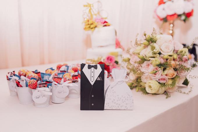 Cô dâu chú rể dùng những chiếc kẹo nhiều màu sắc làm quà tặng tri ân khách mời.