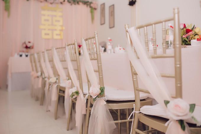 Thiết kế mộc mạc, giản dị của ghếChiavari được tô điểm bằng hoa lụa và vải voan cùng tông màu.