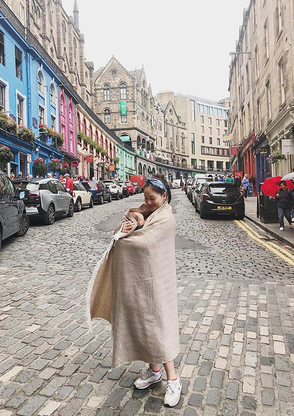 Vì không chuẩn bị sẵn quần áo mùa đông, Lan Phương phải mua khăn cashmere để ủ ấm cho con tại Scotland.