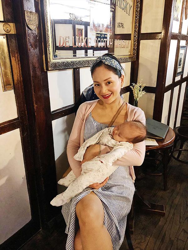Chưa đầy 3 tháng tuổi nhưng con gái Lan Phương đã thích nghi rất nhanh với môi trường, không khí mới tại Châu Âu.
