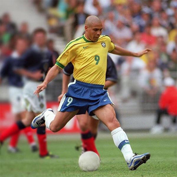Ronaldo từng ba lần đoạt Quả bóng vàng FIFA vào các năm 1996, 1997 và 2002. Ảnh: AP.