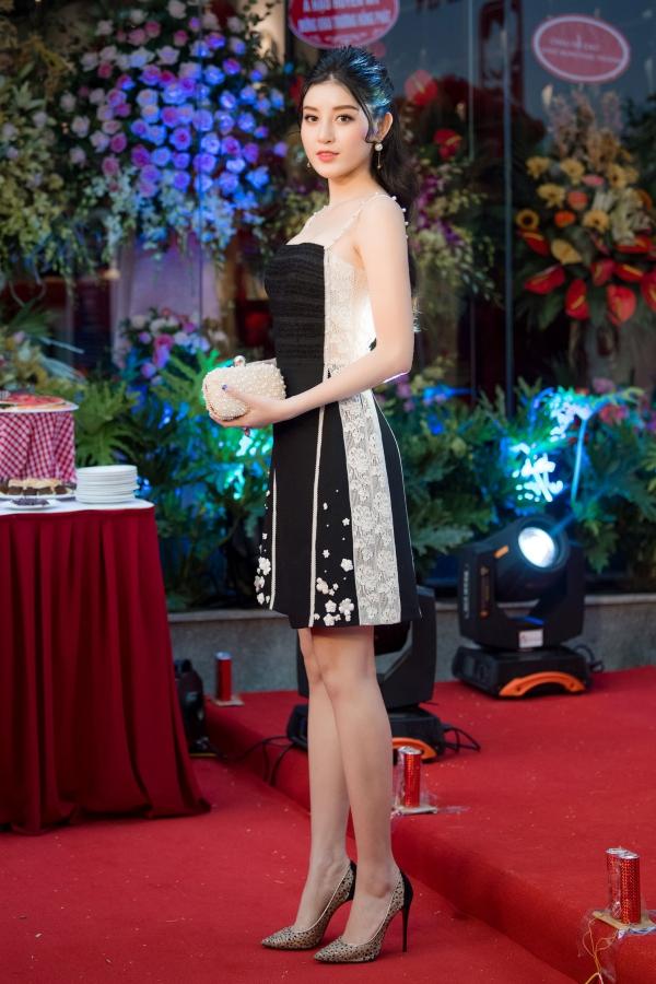 Cuối tuần qua, Á hậu Huyền My tham gia buổi lễ khai trương một nhà hàng ẩm thực Trung Quốc tại Hà Nội. Cô diện váy ngắn có gam màu trắng đen và trở thành tâm điểm nhờ thần thái cuốn hút.