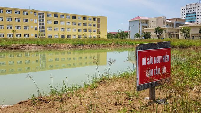 Sau tai nạn, Trường Đại học Hồng Đức cho ngươicắm tấm biển cảnh báo nguy hiểm trên bờ ao.