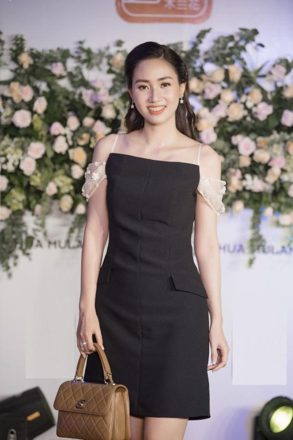 Thời gian gần đây, Trà My - Á hậu 1 Hoa hậu Hoàn vũ Việt Nam 2015 thường xuyên góp mặt nhiều sự kiện khác nhau. Sau đăng quang, cô nhanh chóng lên xe hoa và hiện tập trung chăm sóc chồng cùng con gái nhỏ.