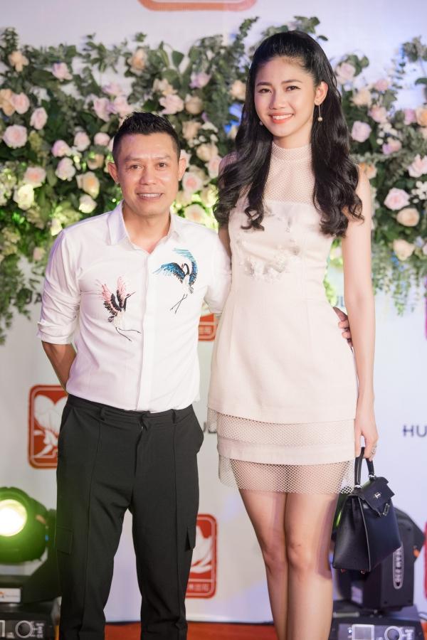 Á hậu Thanh Tú diện váy xinh xắn như công chúa. Cô chụp ảnh kỷ niệm với chủ nhà hàng - cũng là một người anh thân thiết trong lĩnh vực thời trang.
