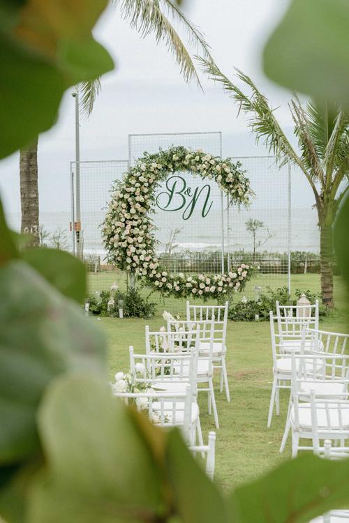 Địa điểm diễn ra hôn lễ ngoài trời của uyên ương là một resort ở Thanh Hóa. Ban đầu cặp vợ chồng chọn tổ chức đám cưới gần Hà Nộinhưng họ đã thay đổi địa điểm vào phút chót khiến việc đặt chỗ ở cho khách mời, đặt thực đơn diễn ra gấp gáp.