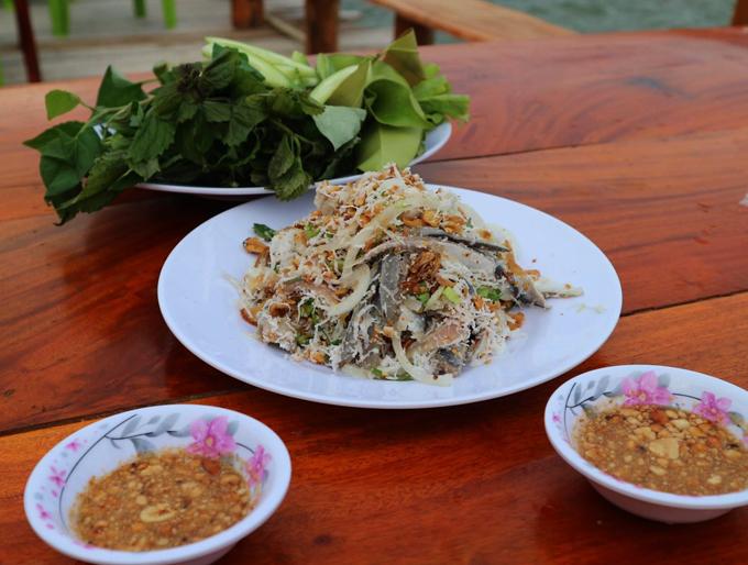 Món cá trích trở thành một đặc sản thường được du khách gọi để thưởng thức trong các bữa ăn.