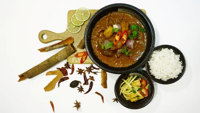 Nguyên liệu chính của món cà ri Massaman là thịt bò, ngoài ra còn có thịt vịt, đậu hũ, gà, lợn (vì thịt lợn bị cấm trong đạo Hồinên công thức có thịt lợn không được người Thái theo đạo Hồi dùng).
