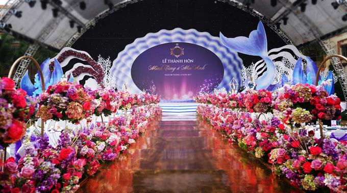 Sân khấu lớnhình trái tim có chiều cao 15m, chiều ngang 20m. Màn led chính giữa sân khấu được thiết kế hình ảnh như một vỏ sò lớn, xung quanh là rong rêu và các loài động, thực vật dưới đáy biển được làm với kích cỡ lớn bằng xốp 3D. Tất cả đều được wedding planner thực hiện tại Hà Nội và gần ngày cưới mới chuyển vào hội trườngtại Thanh Hóa để sắp xếp, bài trí.