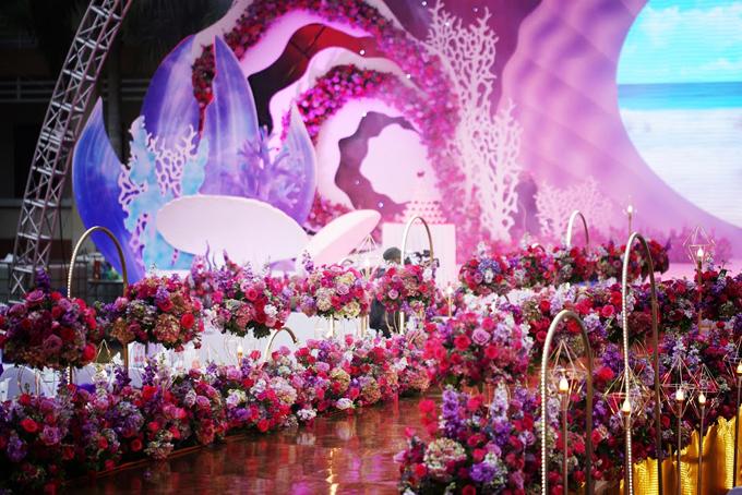 Dọc hai bên lối đi dẫntới sân khấu, wedding planner đã đặt rất nhiều giỏ hoa hồng và cẩm tú cầu tạo nên khung cảnh mộng ảo, lộng lẫy. Quá trình thi công sân khấu diễn ra khá lâu khiến những người dân xung quanh tưởng ekip đang dựng sân khấu thi hoa hậu biển, wedding planner tiết lộ.