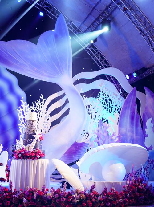 Do tiệc cưới đượctổ chức hoàn toàn ở ngoài trời (trừ sân khấu có mái che) nên wedding planner phải kiểm tra dự báo thời tiết thường xuyên và có phương án dự phòng.