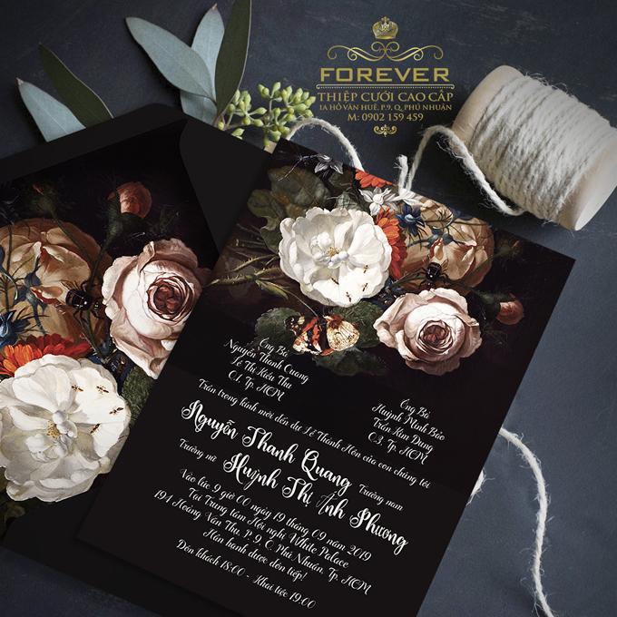 Nền tối, hoa văn đậm tạo nên sự ấn tượng, phù hợp cho các cặp đôi có cá tính mạnh mẽ, độc lập.