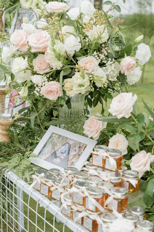 Cặp vợ chồng gói ghém quà tặng làhũ mật ongvới mong muốn đem đếnsự ngọt ngào cho cáckhách mời.