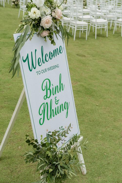 Bảng thông báo đám cưới của uyên ương không quá cầu kỳ và mang sắc xanh greenery mát mắt.