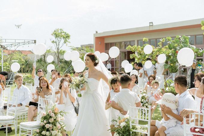 Yêu thích sự tinh tế nên cô dâu đãdiện váy quây cúp ngực đơn giảncho hôn lễ. Hai vợ chồng mời tổng cộng 60 vị kháchvà đề nghị dresscode (màu sắc trang phục)cho khách là màu trắng.