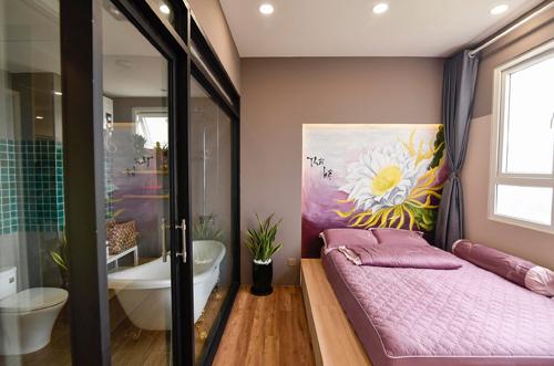 Giường ngủ hài hòa với không gian phòng mang đến cô dâu chú rể giấc ngủ ngon và sâu hơn.