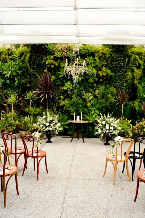 7. Ghế Bentwood: phù hợp với đám cưới mang phong cách thanh lịch, ấm cúng. Tựa lưng có ít chi tiết trang trí, phù hợp với đám cưới rustic hoặc hôn lễ ở sân vườn.