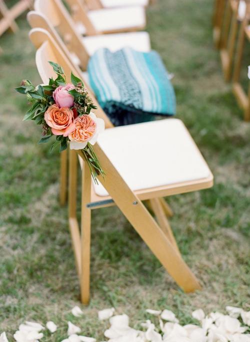 4. Ghế Folding Lawn: được làm bằng chất liệu gỗ và có thể gập được dễ dàng. Thông thường ghế này được sử dụng cho bữa tiệc và buổi lễ ngoài trời. Tùy vào chủ đề của đám cưới, ghế sẽ được tô điểm bằng nơ, ruy băng hoặc hoa tươi.