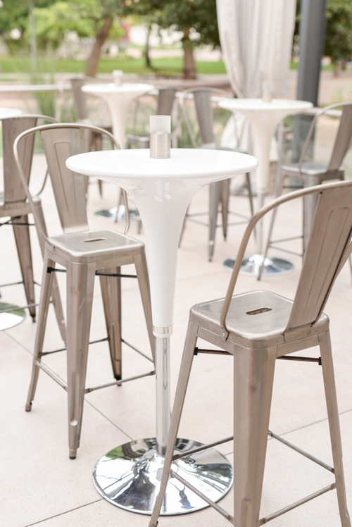 6. Ghế Maraisđược sáng tạo dựa trên cảm hứng từ ghế ăn của người Pháp. Loại ghế này có màu kim loại như bạc, vàng, đồng nhưng cũng có thể được sơn các màu sắc khác. Mẫu ghế được sử dụng cho tiệc cưới hiện đại, có thể xếp chồng dễ dàng. Tuy nhiên, nhược điểm của ghế là khá cao.