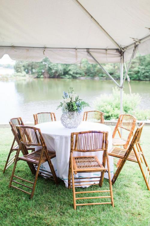 9. Ghế mây phù hợp với tiệc cưới mùa hè ngoài bãi biển. Điểm cộng của ghế là có thể gấp gọn dễ dàng, chất liệu mây đem lại cảm giác êm ái, nhẹ nhàng cho người sử dụng.