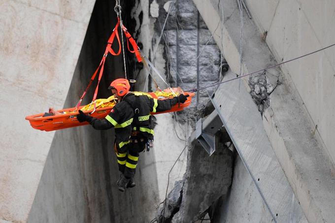 Nhân viên cứu hộ đưa người bị thương ra khỏi đống đổ nát. Ảnh: AP.