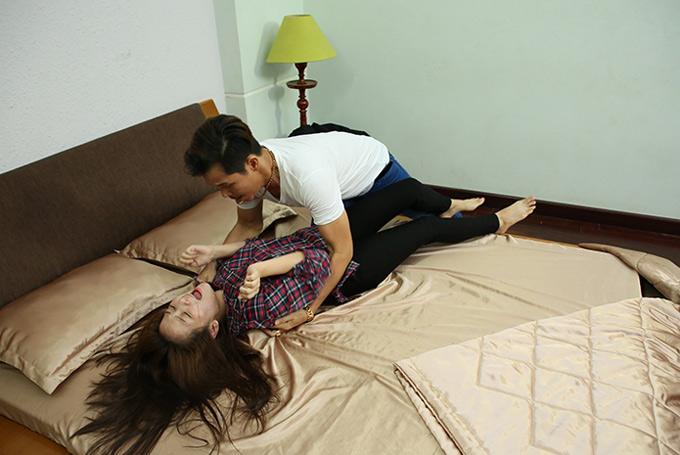 Tam Triều Dâng đóng vai con gái riêng của nghệ sĩ Mỹ Duyên. Côhoảng loạn, chỉ biết hét to khi quay cảnh nhạy cảm.