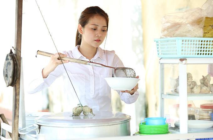Tam Triều Dâng với tạo hình giản dị khi sắm vai cô gái bán hủ tiếu bên lề đường.