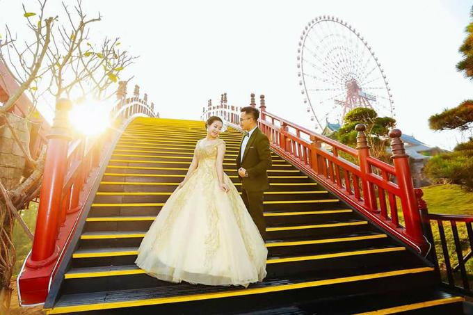 Nhiều cặp đôi lựa chọn cây cầu là địa điểm chụp ảnh cưới.