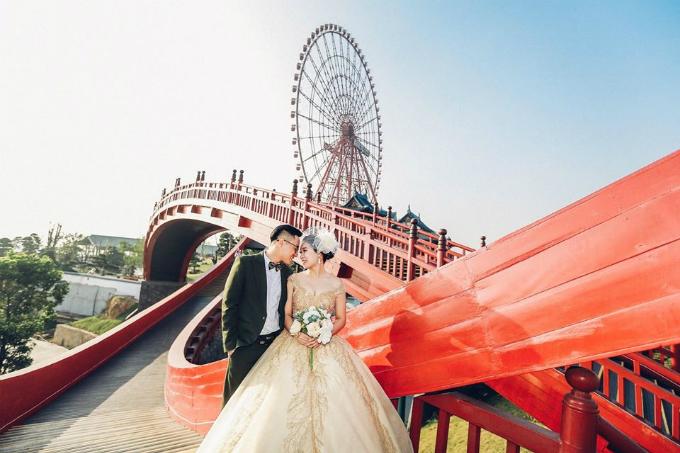 Bước vào mùa yêu, cây cầu huyền thoại cũng nhanh chóng trở thành điểm chụp ảnh cưới siêu hot tại Quảng Ninh. Khung cảnh lãng mạn trên cầu Koi rất phù hợp với những concept ảnh cưới lãng mạn, hoài cổ. Màu đỏ nổi bật của cây cầu ăn hình tuyệt đối với những mẫuváy cướimàu trắng, vàng và những chiếc áo dài trắng thướt tha,&