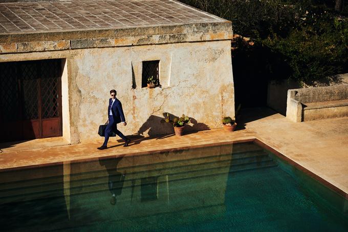 Bộ sưu tập năm nay của Canali sử dụng các loại vải tự nhiên và chất lượng cao cấp cùngcông nghệ sản xuất vải thông minh nhằmcho ra mắt những mẫu thiết kế dành cho quý ông thườngdi chuyển với các chuyếncông tác hay các kỳ nghỉ dài ngày, liên tục.