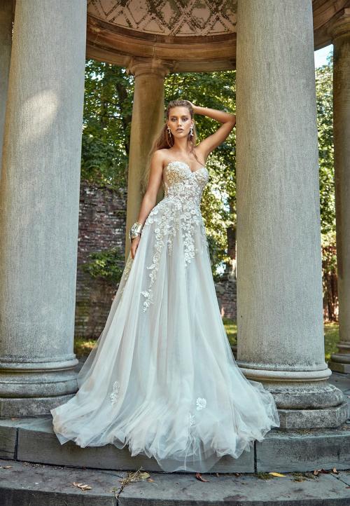 Nét đẹp thuần túy từ màu sắctrang nhã và chất liệu ren mềm mại. Ảnh: Brides.com