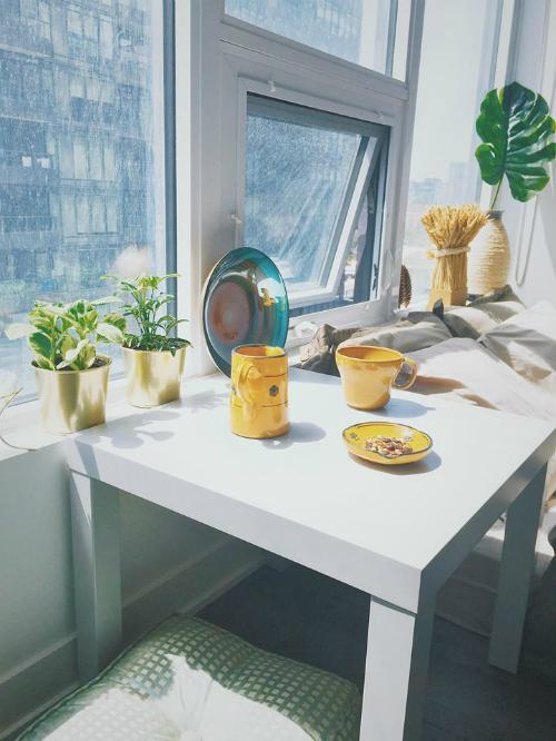 Nữ dược sĩ chọn màu vàng làm điểm nhấn cho căn hộ và phối thêm màu xanh của những chậu cây.
