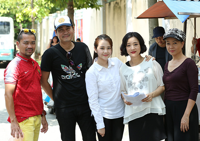 Đạo diễn Lê Minh (đội mũ) chụp ảnh cùng các diễn viên sau một cảnh quay. Phim Mộng phù hoa nằm trong dự án Xin chào hạnh phúc phát sóng vào khung giờ vàng 20h trên kênh VTV3, từ thứ hai đến thứ năm hàng tuần.