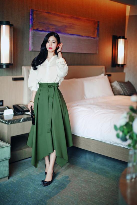 Ngoài các mẫu váy liền thân, chị em công sở có thể chọn các chân váy thắt eo để lên đồ đi làm.