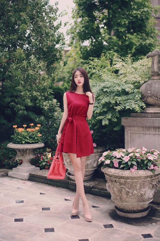 Ngoài các mẫu váy vintage, các nhà mốt còn giới thiệu nhiều kiểu đầm ngắn hiện đại và trẻ trung.