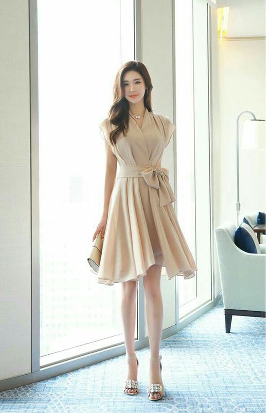 Chi tiết dây lưng vải thắt eo được xử lý một cách sáng tạo để khiến kiểu váy cổ điển trở nên đa dạng hơn.