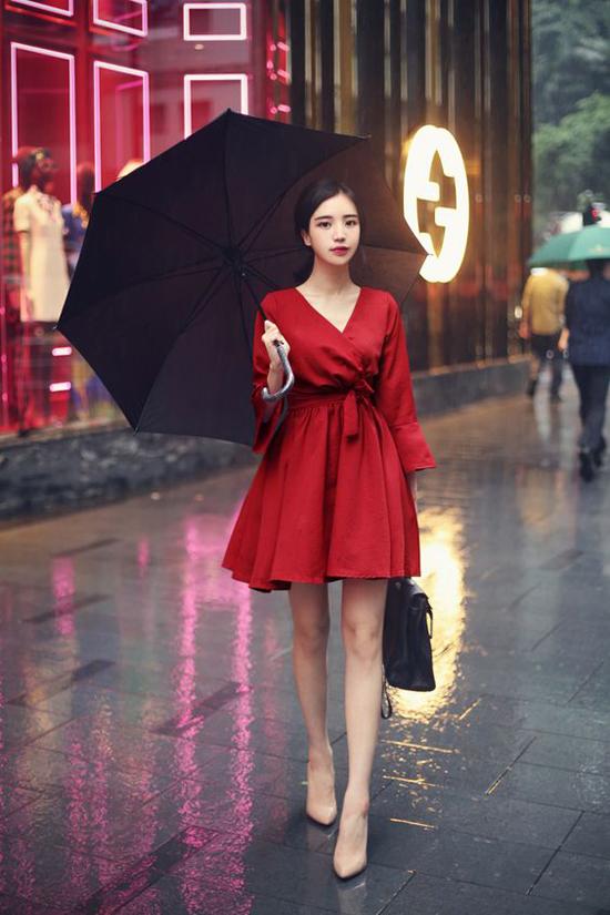 Những chi tiết như chân váy xòe, áo xẻ ngực chữ V cũng được kết hợp cùng nhau để tránh sự nhàm chán cho váy thắt eo.