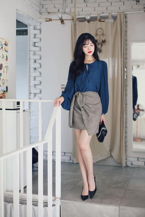 Chân váy rời từkiểu đầm mini cho đến váy chữ A đều được trang trí phần thắt dây lưng bắt mắt. Các kiểu trang phục này thường được mix cùng áo lụa, áo blouse theo phong cách cổ điển.