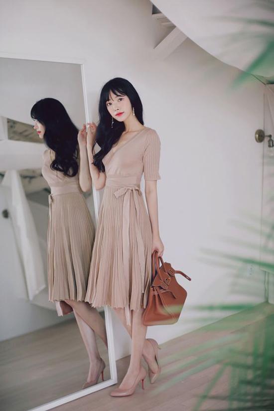Váy thắt eo mang hơi hướng hoài cổ là sản phẩm được yêu thích ở mùa thu 2018. Đây là trang phục tiện lợi trong việc phối đồ đi làm và mang lại hình ảnh dịu dàng cho người mặc.